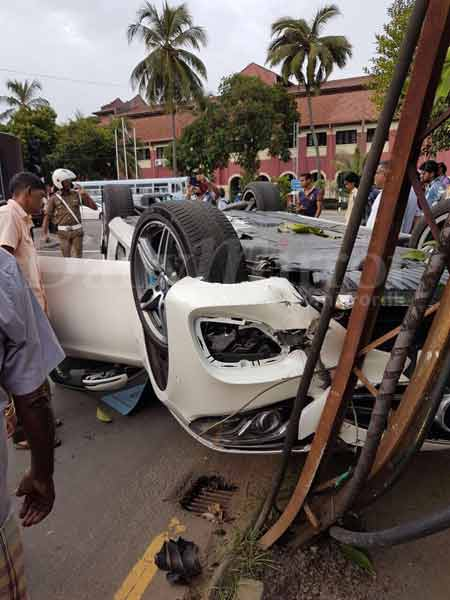 Minor Driven Benz Topples On Vajira Road Daily Mirror Sri Lanka