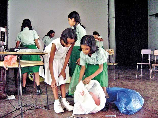ILUSTRASI Membersihkan sampah
